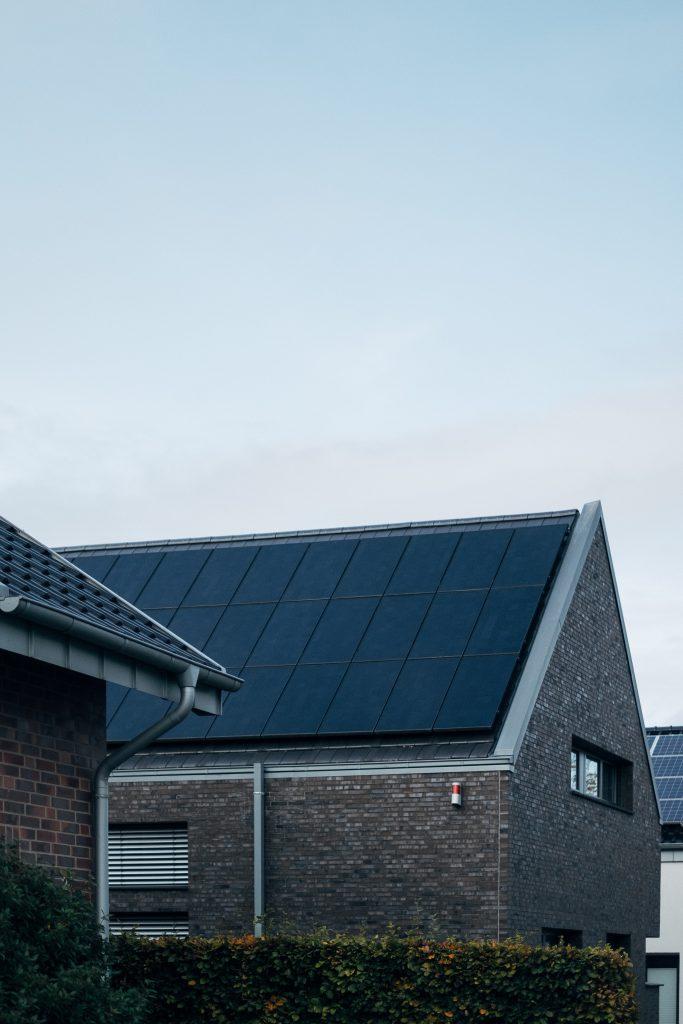 huis buitenkant met zonnepanelen